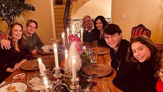 Manželé s dětmi, hercovým synem Cameronem a jeho partnerkou