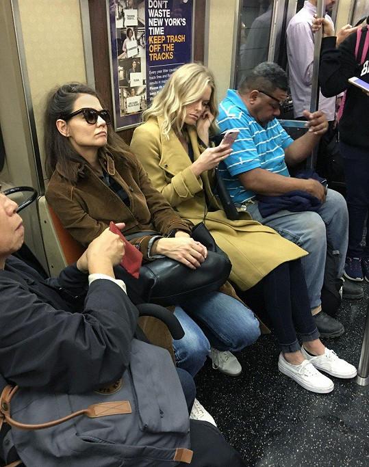 Herečka Katie Holmes (38) si nakupování v New Yorku zpestřila výletem podzemkou.