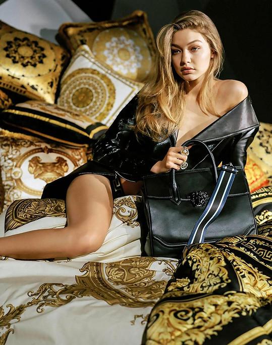 Gigi Hadid je současnou tváří značky Versace.