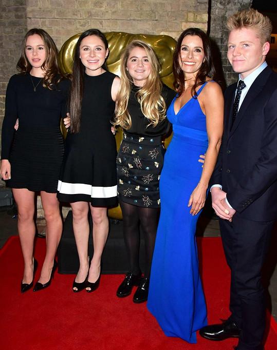 Kuchařova manželka Tana s jejich čtyřmi dětmi.