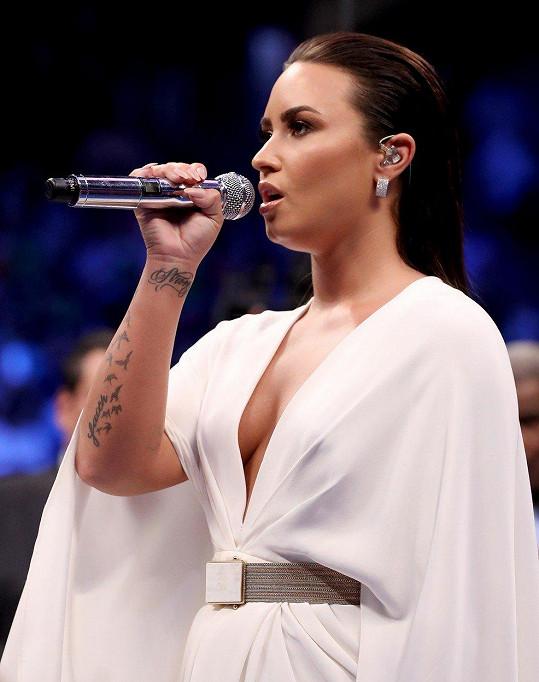 Demi Lovato před očekávaným zápasem zazpívala americkou hymnu.