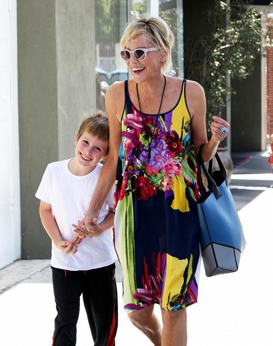 Quinn byl s maminkou moc spokojený.