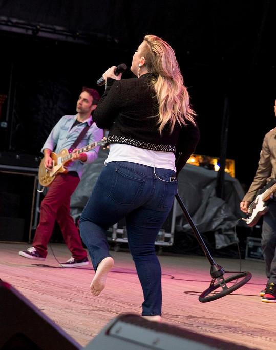 Vítězka prvního klání American Idol se v New Yorku rozparádila dokonce bez bot.