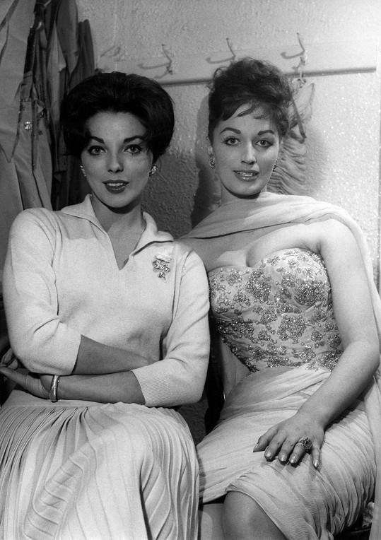 Joan (vlevo) s Jackie na archivním snímku z 50. let minulého století