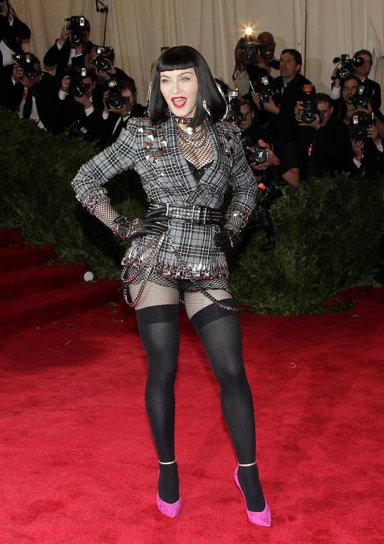 Nemůže být pochyb o tom, že by Madonna punkové zadání nesplnila. Material Girl se vykašlala na velkou večerní a oblékla blazer Givenchy navržený Riccardem Tiscim. Samozřejmě si opomněla vzít kalhoty.
