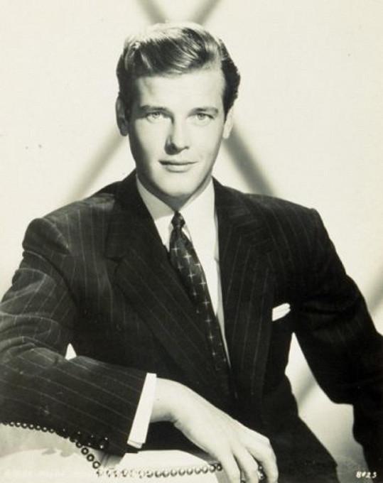 Roger Moore začínal jako model. První roličky začaly přicházet v osmnácti.