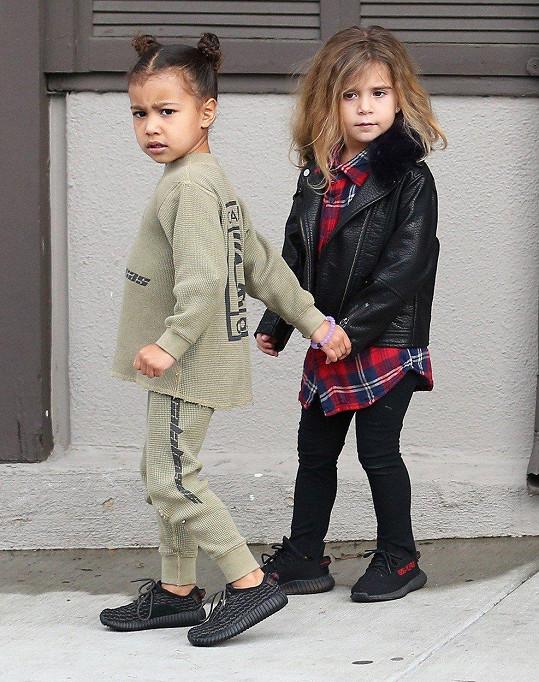 Kim a Kourtney se oblékají do posledních trendů a to samé dopřávají i svým dětem. Na fotce North a Penelope (vpravo)