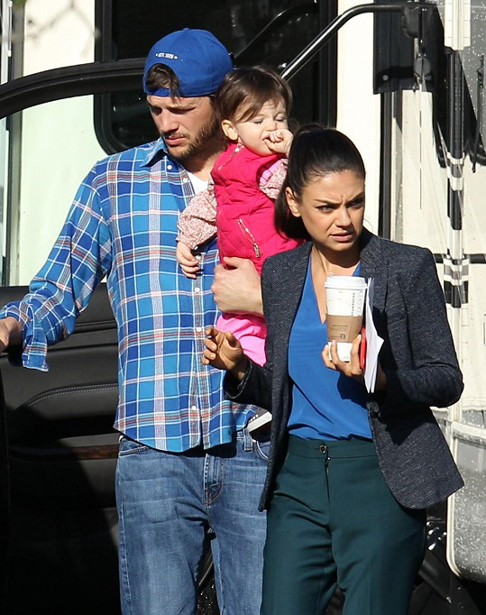 Mila Kunis natáčela film Bad Moms pod dohledem manžela a dcerky.