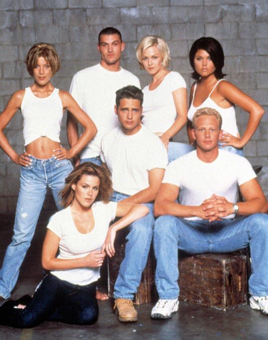 Jason (uprostřed) a Steve (vpravo dole) se seriálovou partou z Beverly Hills 90210