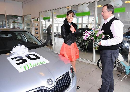 Marta dostala ke třicetinám auto.