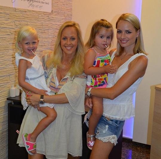 Markéta Divišová se Zuzou Belohorcovou a jejich dcerkami.