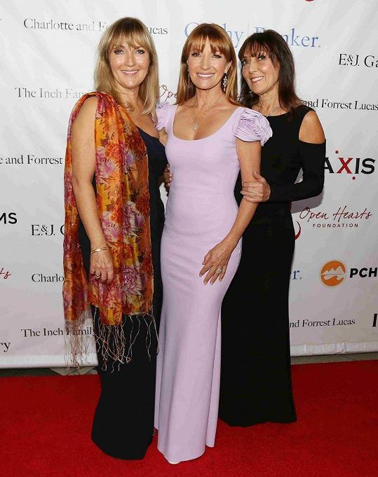 Jane Seymour (uprostřed) se sestrami Anne Gould (vlevo) a Sally Frankenberg na gala akci své nadace