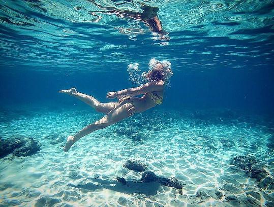 Takhle si Patricie Solaříková užívá v exotickém ráji vodní hrátky.