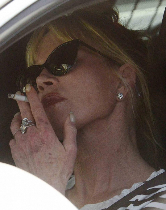 Blondýnka kouření obličeje