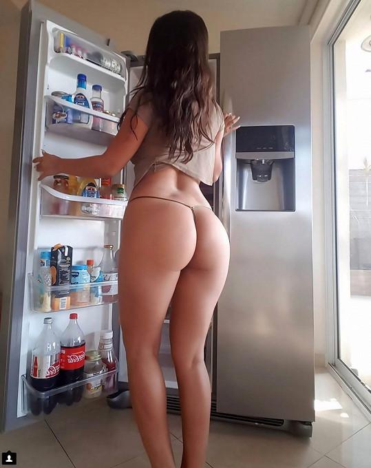 Podle toho, jak Ania kouká do lednice, má rozhodně hlad. Na večeři ideální partnerka.