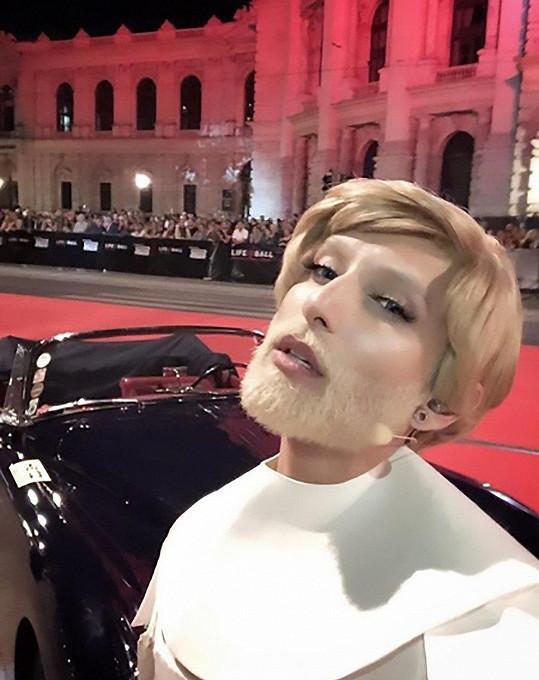 Conchita Wurst je blondýnka.