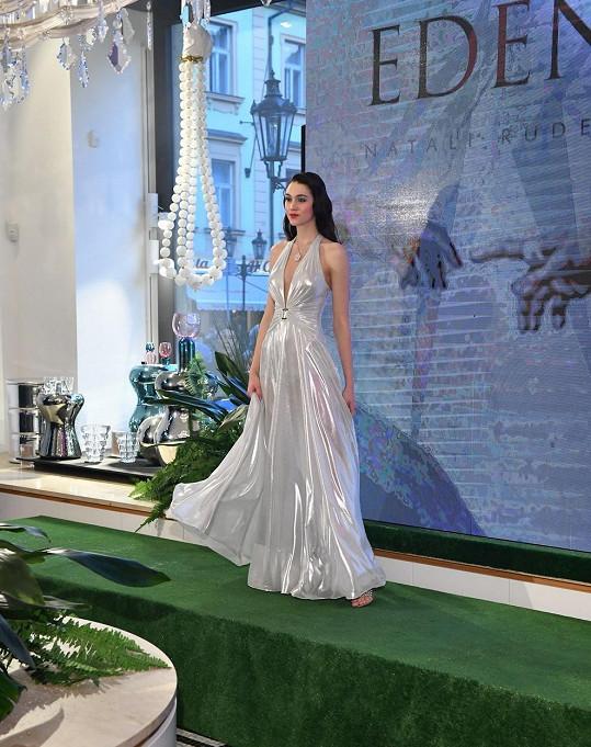 Šaty opět předvedla na přehlídce kolekce Eden Natali Ruden.