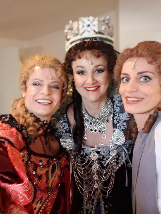 S kolegyněmi Lindou Finkovou a Sylvou Schneiderovou (vlevo) v divadle