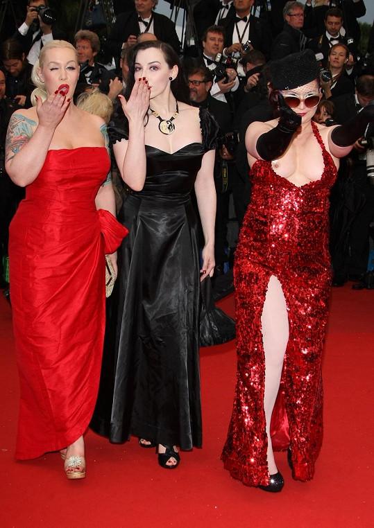 Tři černé pasažérky se dostaly až na červený koberec v Cannes.