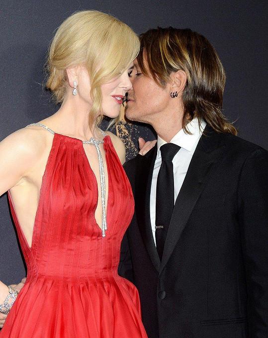 Herečka se líbala i s manželem Keithem Urbanem.