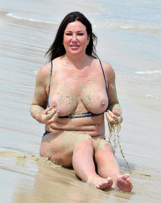 Na pláži ukázala prsa.