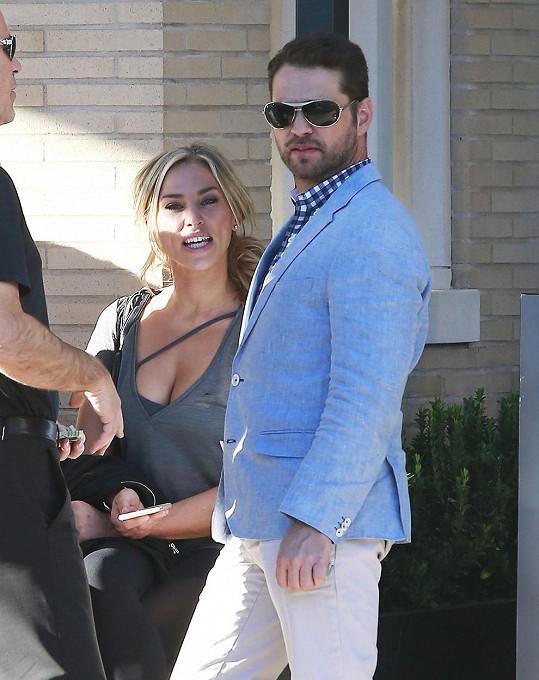 Jason Priestley s manželkou a přáteli v Beverly Hills