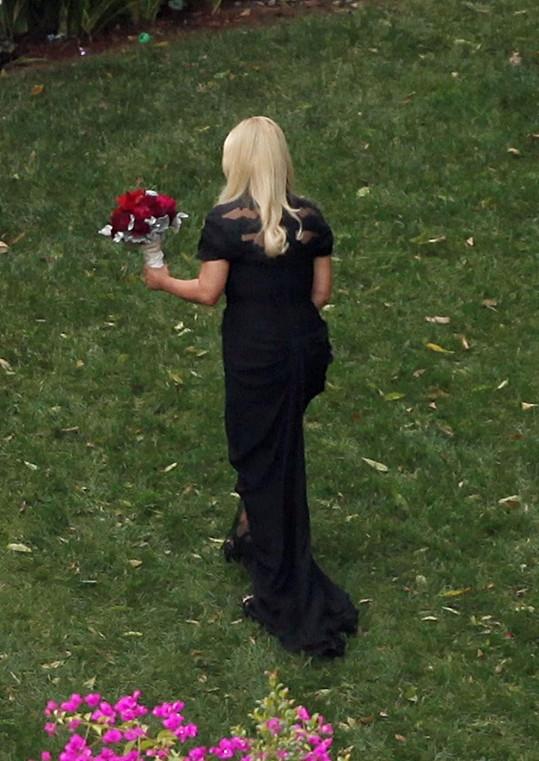 Jessica Simpson v černých šatech.