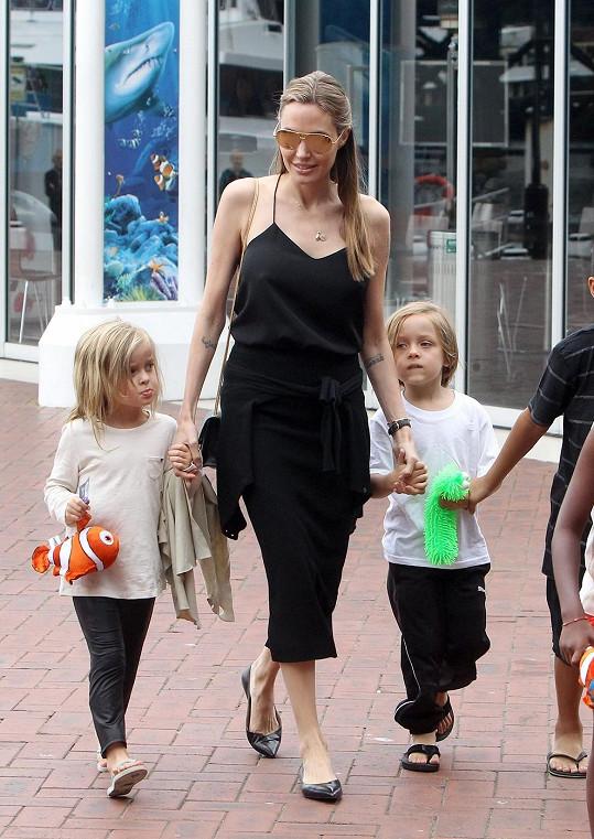 Jolie v poslední době ráda chodí 'na volno'.