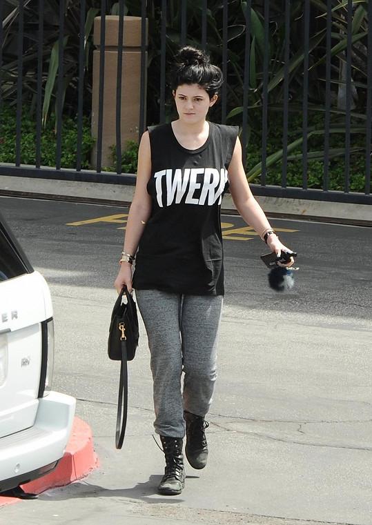 Kylie krátce poté, co způsobila autonehodu.