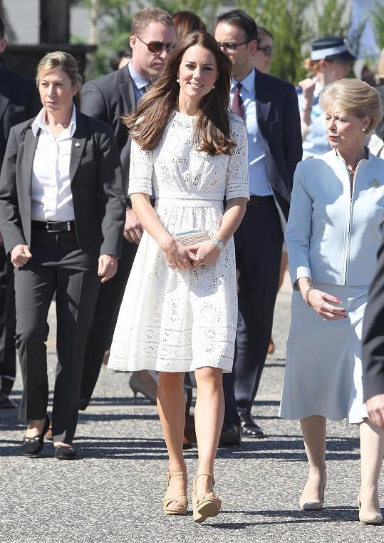 Došlo i na módu místní provenience. Na Velký pátek si Kate oblékla šaty australské značky Zimmermann, což se dá považovat za milé gesto. Společnost, založená v roce 1991 sestrami Nicky and Simone Zimmermannovými, je známá svým luxusním plážovým oblečením a resort kolekcemi.
