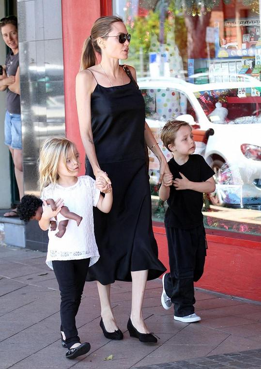 Angelina Jolie s Knoxem a Vivienne (5).