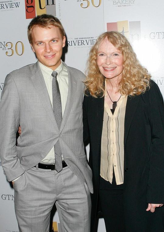 Mia Farrow se synem Ronanem projevili znechucení nad Allenovým Zlatým glóbem.