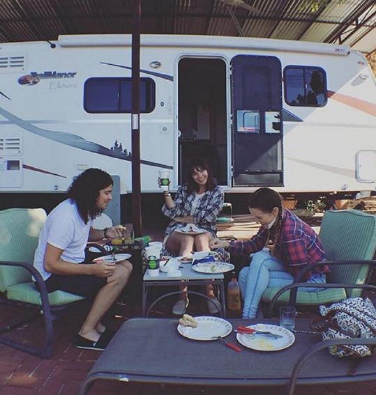 S přáteli brázdí Ameriku v karavanu.