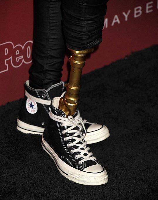 Protézu neschovává, naopak!