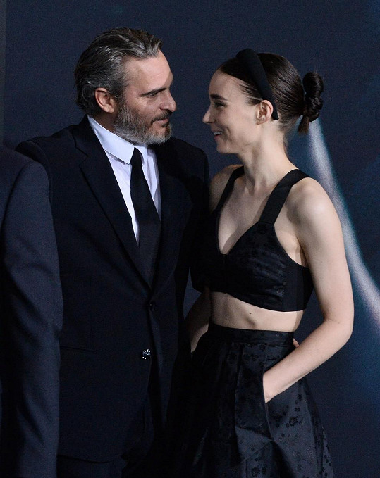 Joaquin Phoenix se snoubenkou Rooney Marou na americké premiéře Jokera