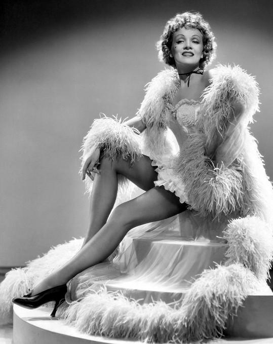 Marlene Dietrich byla velmi inovativní, mimo jiné přišla s boa z labutího peří.