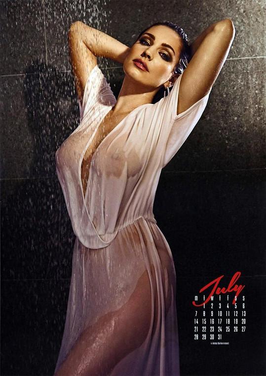 Kelly Brook je současným sexsymbolem. Podobně jako Kim.