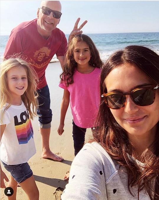 Bruce se současnou manželkou Emmou a mladšími dcerami Evelyn a Mabel