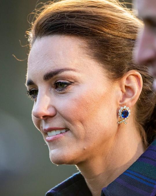 Kate doplnila outfit náušnicemi půjčenými ze šperkovnice královny.