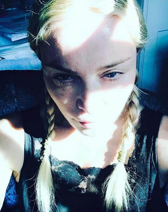 """Toto selfie Madonna zveřejnila s textem """"Když Dračí matka nemůže vylézt z pyžama... Líná neděle."""""""