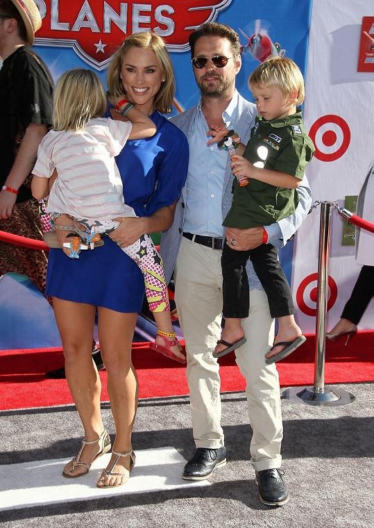 Jason Priestley společně se svou manželkou a dětmi na premiéře filmu Letadla