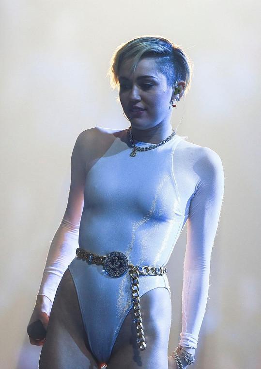 Miley Cyrus už neví, jak zaujmout.