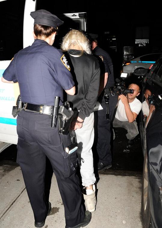 Amandu Bynes odvádějí policisté.