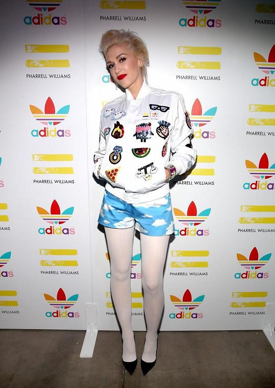 V obláčkových šortkách vynikly zpěvaččiny útlé nohy.