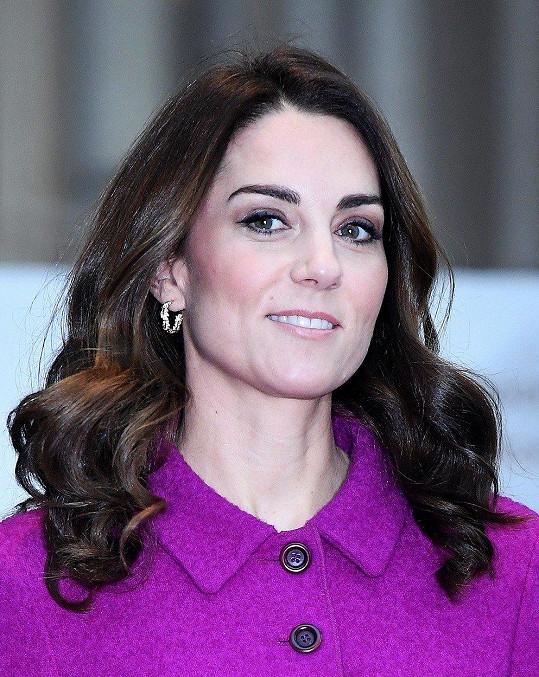 Vévodkyni z Cambridge v takto výrazné barvě často nevídáme.