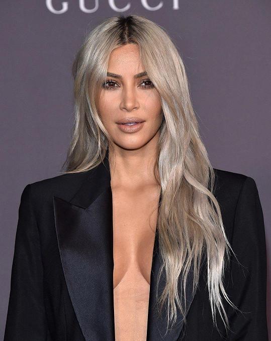 Kim Kardashian se obešla bez podprsenky.