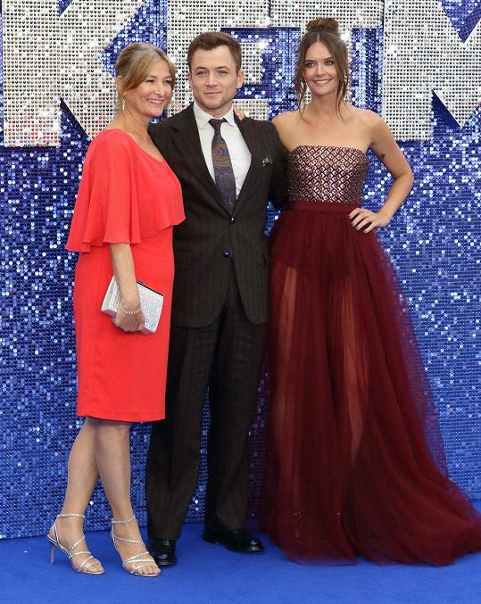 Taron Egerton na londýnské premiéře filmu Rocketman s maminkou Christine a přítelkyní Emily Thomas (vpravo)