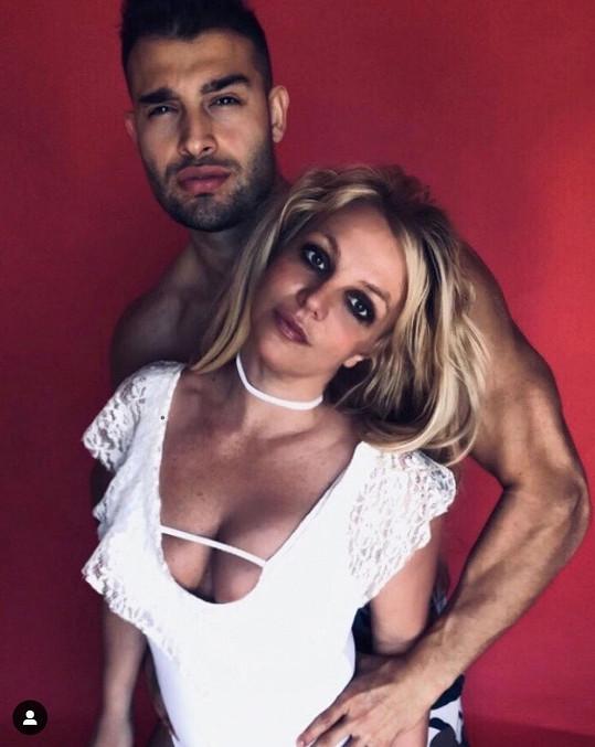Britney Spears chodí se Samem Asgharim od konce roku 2016.