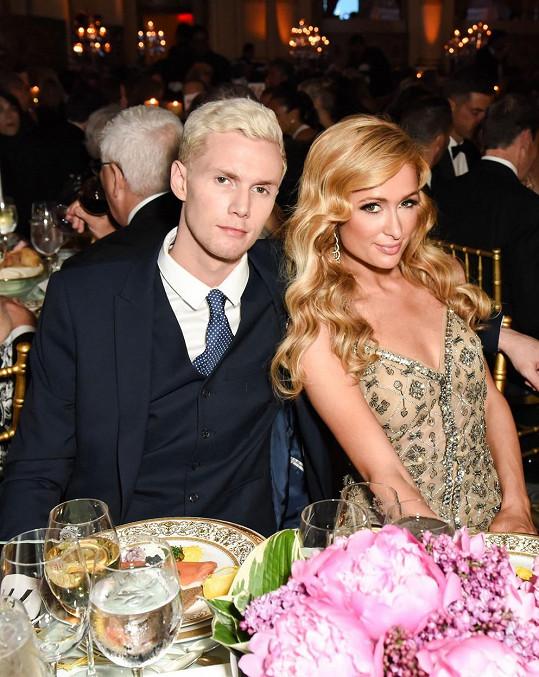 Doprovodu své sestry se proto ochotně ujal Barron Hilton.