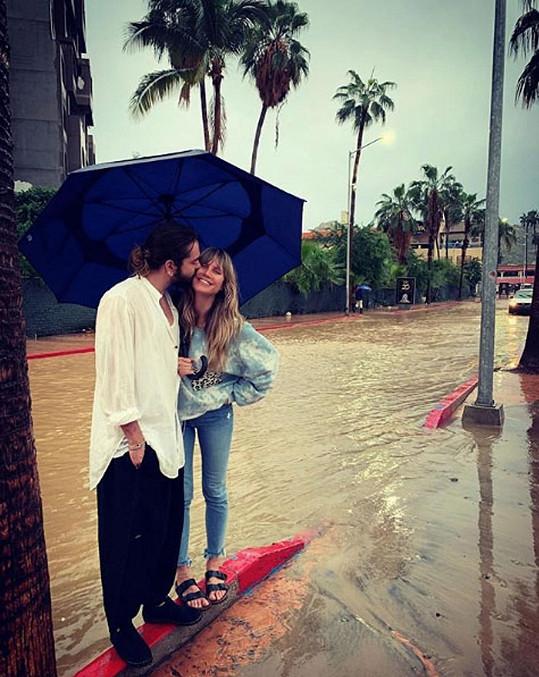"""""""S tebou je každý den nádherný,"""" píše zamilovaná modelka ke snímku s manželem, pořízenému během lokálních záplav."""